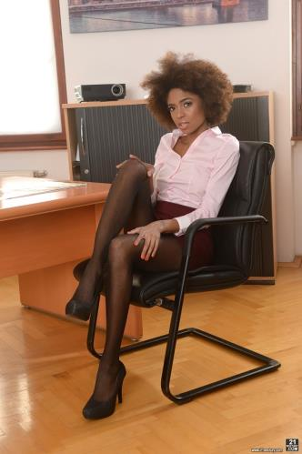 Luna Corazon, Matt Bird - Interracial Office Orgasm (FullHD)