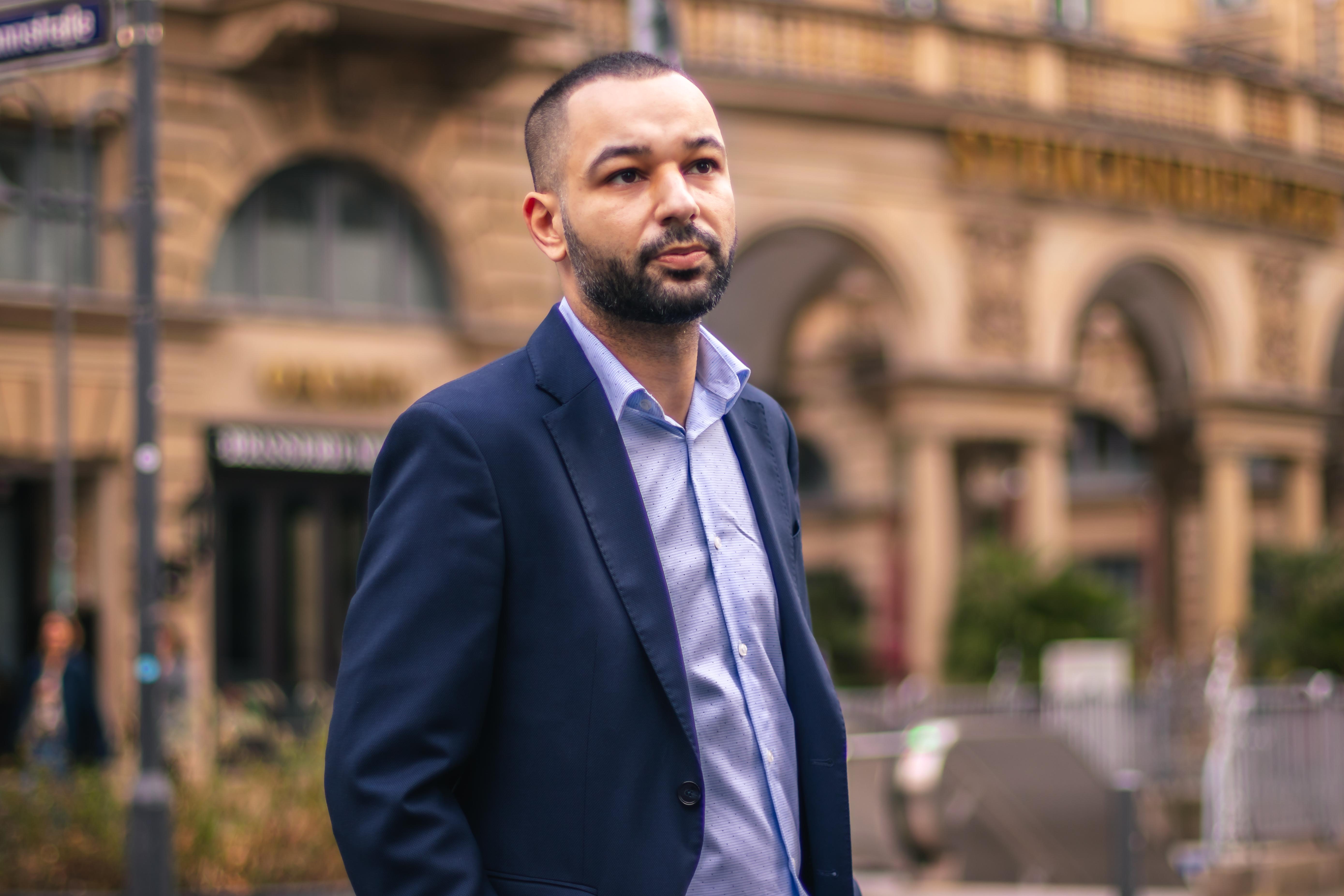 Ali Oukassi Business Geschäftsmann 3